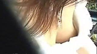 【盗撮動画】爽やかな日差しを浴びながら思わず吸い付きたくなる乳首を晒してる乳チラお嬢さん♪