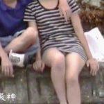 【盗撮】公衆の面前で男とイチャつく外国かぶれの女子のパンチラは容赦なく晒すオレ♪