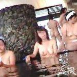 【盗撮】周囲からも丸見えな入浴施設の露天風呂で無警戒な全裸を隠し撮りされた淑女たち♪