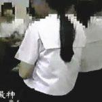【盗撮動画】修学旅行中の女子学生たちでごった返す女子トイレで大胆不敵に隠し撮りするヤツ♪