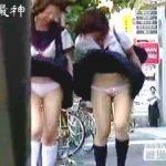 【盗撮】風パンチラという落とし穴にハマって女子校生らしいパンティーを晒してるJKたち♪