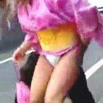 【盗撮動画】花火大会会場に行く道中で浴衣を捲られてる普段はミニスカパンチラしてそうな女子たち♪