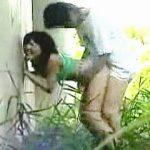 【盗撮動画】青姦で呆れるほど激しいピストンにアヘ顔晒して逝きまくるスケベな彼女の悲惨な顛末♪