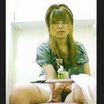 【盗撮】洋式トイレの真正面と便座後方に仕込んだカメラが捉えた女子たちの用足し風景♪