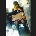 【盗撮動画】電車内ではスマホ向けてもパンチラターゲットに不審がられずに隠し撮りが堪能できる件♪