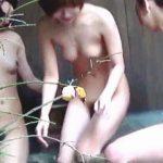 【盗撮】温泉旅行でやってきたギャル三人組のエッチな入浴風景を覗き撮ってる宿のご主人♪