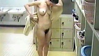 【盗撮動画】古くからあるこじんまりとした銭湯の脱衣所で入浴前後の全裸を覗き撮られたお姉さん♪