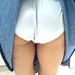 【盗撮動画】インテリアショップでスカメクされてデカい純白パンツを撮られてる超鈍感デニムスカート女子♪