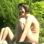 【盗撮】新緑が眩しい大自然に囲まれた露天風呂に入浴しながら他の女子たちの裸を隠し撮る女撮り師♪