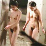 【盗撮】覗き屋が虎視眈々と狙ってる温泉施設にやってきた女子たちのノータオル全裸を隠し撮り♪
