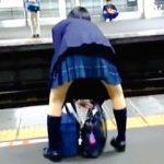 【盗撮】駅のホームでJKの素撮りを延々とやってからエスカレーターで蒸れ蒸れパンツをスカメク拝見♪