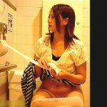 【盗撮】オシッコでトイレに入ったのにイキナリ生理が始まった感じの女子を隠し撮り♪