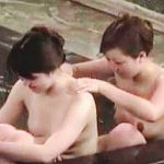 【盗撮】雰囲気抜群の温泉女風呂で裸のスキンシップで友情を育んでるレズラーっぽい女子たち♪