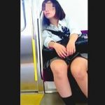 【盗撮】駅のホームでアンニュイな雰囲気漂わせてるJKを電車内まで追跡して粘着パンチラ撮り♪
