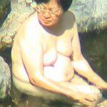 【盗撮】特殊なオーダーを受けて露天風呂に浸かるぽっちゃり熟女さんを狙ったフリーランスの撮り師♪