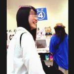【盗撮】甘~い食べ物屋さんのレジに並ぶ笑顔が絶えないJKはパンチラ逆さ撮りのガードも甘い件♪