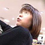 【盗撮】丁寧に商品説明してくれる近所のお姉さんタイプの店員さんをパンチラ逆さ撮りしたった♪