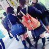 【盗撮】修学旅行で電車移動中の地方の女子校生を逆さ撮りしたら新鮮なパンチラ拝めますた♪