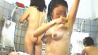 【盗撮】ある意味裸を観られるよりも恥ずかしいワキ毛処理を至近距離で撮られた銭湯の女の子♪