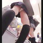 【盗撮動画】店内を徘徊してるパンチラ魅せたい超ミニスカ女子校生たちの希望を叶える気が利く撮り師♪