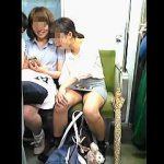 【盗撮動画】電車内でパンチラ撮りのターゲットになるべくしてなったミニスカなのに無防備な女の子♪