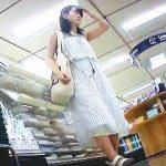 【盗撮動画】清楚で爽やかな装いのお姉さんは逆さ撮りの格好の腕試しターゲットになってる件♪