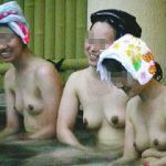 【盗撮】夕暮れ迫る露天風呂で半身浴しながら美乳を晒し合ってる温泉巡り大好き淑女グループ♪