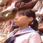 【盗撮動画】書店で見かけたマニア垂涎の制服を着た普通の女子校生の生々しいパンチラを逆さ撮り♪