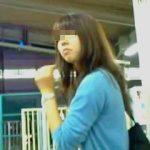 【盗撮】駅のホームでターゲットの姿をじっくり拝んでからスカメク撮りしてる腰の座った撮り師♪