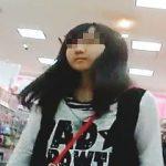 【盗撮動画】お母さんとお買い物中のJCっぽい女の子を逆さ撮りして可愛いパンティを頂きますた♪