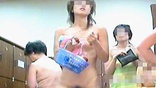 【盗撮】健康ランドの脱衣所で観る者の股間をギンギンにさせる美全裸を隠し撮られた素人女子たち♪