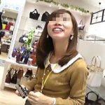 【盗撮動画】カバン屋の可愛い店員さんを逆さ撮りしたらやっぱり可愛いパンティ穿いてますた♪