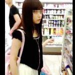 【盗撮】極上ターゲットの可愛い女の子を逆さ撮りしたらパンティに若干シミついてますた♪