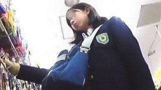 【盗撮】学校帰りに撮り師に粘着されてフレッシュなパンチラ逆さ撮りされた可愛いガチJK♪