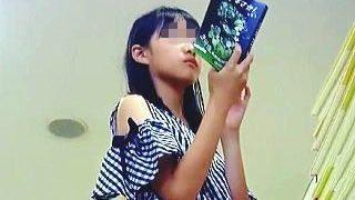 【盗撮動画】これはアカンヤツ!JSらしき無垢な女の子をパンチラ逆さ撮りしてる罪深い撮り師♪