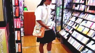 【盗撮】本屋に立ち寄った女子校生や美少女たちを真っ逆さまから逆さ撮りしてる粘着撮り師♪