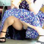 【盗撮】真夏の街角でアイス食べながらパンチラ晒して男たちの股間を酷暑に晒す露出女子♪