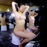 【盗撮】銭湯洗い場でゴシゴシやってる綺麗系女子の隣でゴシゴシやりながら撮ってる女撮り師♪