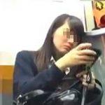 【盗撮】電車では必ず座る遠距離通学でお疲れ気味の女子校生を逆さ撮りで癒してあげますた♪