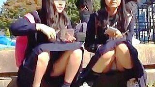 【盗撮】JCとJKの境目にいそうな制服女学生たちのしゃがみパンチラを瞬撮したった♪