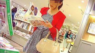 【盗撮】本屋で立ち読みしてるギンガムワンピの女子を逆さ撮りしたら完璧にコーデされてますた♪