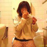【盗撮】カメラ目線で鼻ホジおしっこしてるいろんな意味で恥ずかしい姿を撮られた女の子♪