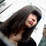 【盗撮動画】スマホ中毒なムチムチ黒髪女子に逆さ撮り中毒な撮り師が粘着してパンチラ捕獲♪
