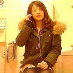 【盗撮動画】お店のトイレでケータイで会話しながら器用にオシッコもしてるホットパンツ女子♪
