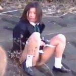 【盗撮】大自然に囲まれた地方の女子校生たちは尿意を催したら野ションが標準らしい件♪