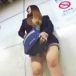 【盗撮動画】目についた女子たちをノージャンルでパンチラ逆さ撮りしまくってる腕の立つ撮り師♪