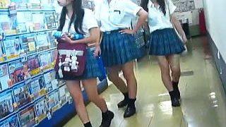【盗撮】リトルキャバ嬢のような女子校生たちを靴カメでパンチラ接写成功して歓喜した昼下り♪
