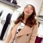 【盗撮動画】高い買い物をした引き換えに店員さんのパンチラを頂いてる抜け目のない撮り師♪