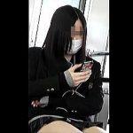 【盗撮動画】風俗店にでも迷い込んだような錯覚を覚えさせる電車内のミニスカ太もも女子校生♪