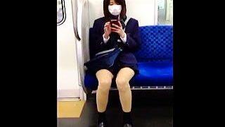 【盗撮】スッカスカの電車内で一緒になったマスク女子校生に煽られて追跡パンチラ逆さ撮り♪